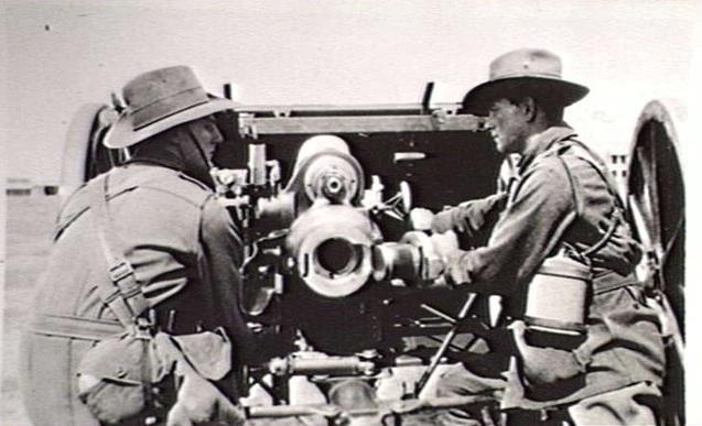 Australian artillerymen laying an 18 pounder at Maribyrnong in 1917 (Australian War Memorial)