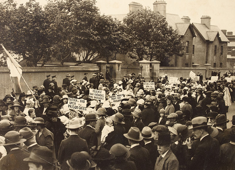 Members of Cumann na mBan protest outside Mountjoy Prison, July 1921 (Image via Wikipedia)